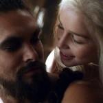 Emilia Clarke parla del 'coso' di Jason Momoa definendolo favoloso
