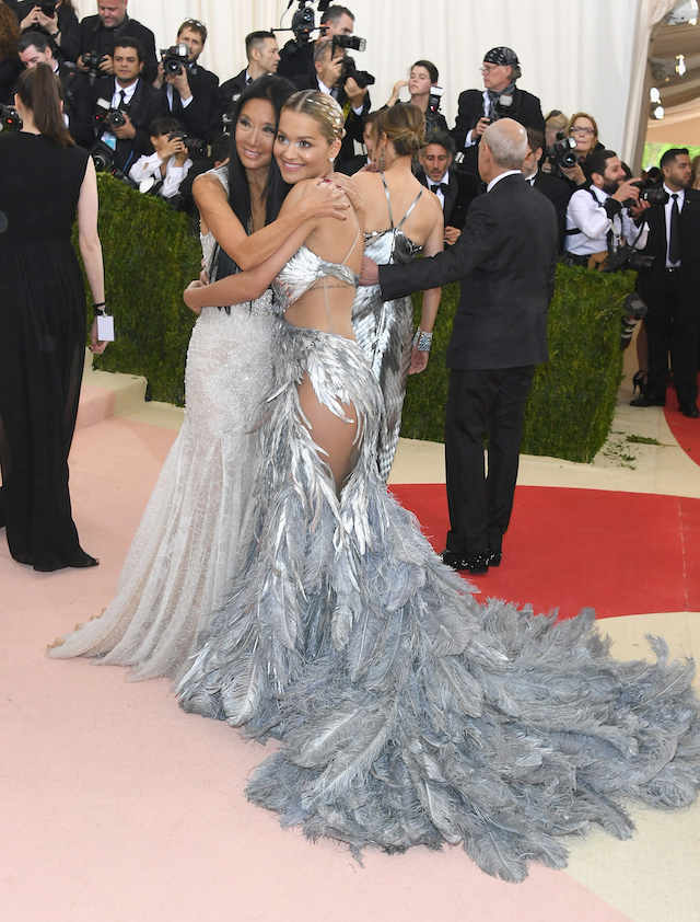 La stilista Vera Wang e la cantante Rita Ora (Larry Busacca/Getty Images)