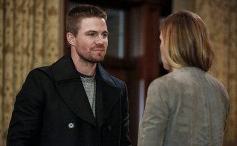 """Arrow -- """"Invasion!"""" -- Image AR508a_0172b.jpg -- Pictured (L-R): Stephen Amell as Oliver Queen and Katie Cassidy as Laurel Lance -- Photo: Bettina Strauss/The CW -- © 2016 The CW Network, LLC. All Rights Reserved."""